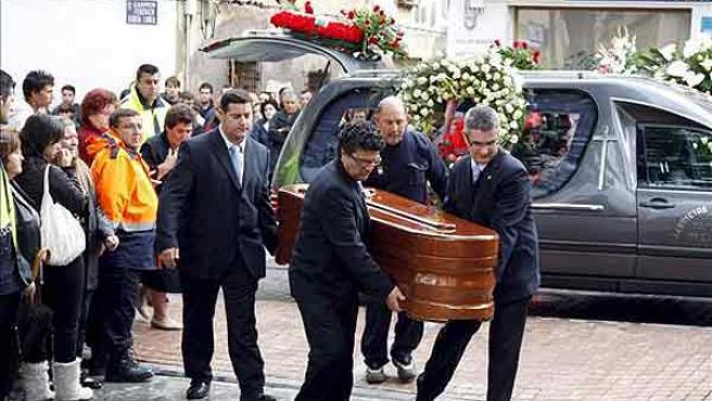 Un momento del entierro de la joven hallada muerta en Alfaz del Pi (Alicante).