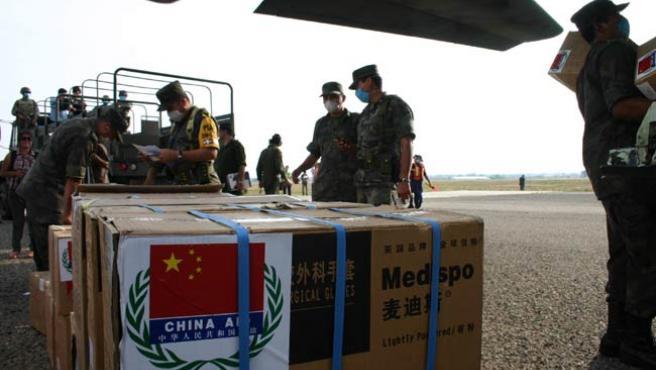 Miembros del Ejército mexicano supervisan en Oaxaca la llegada de ayuda procedente de China.