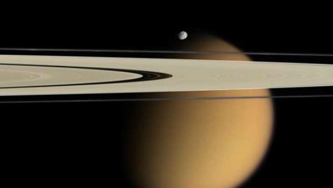 Imagen de la sonda Cassini donde se puede ver los anillos de Saturno y Titán
