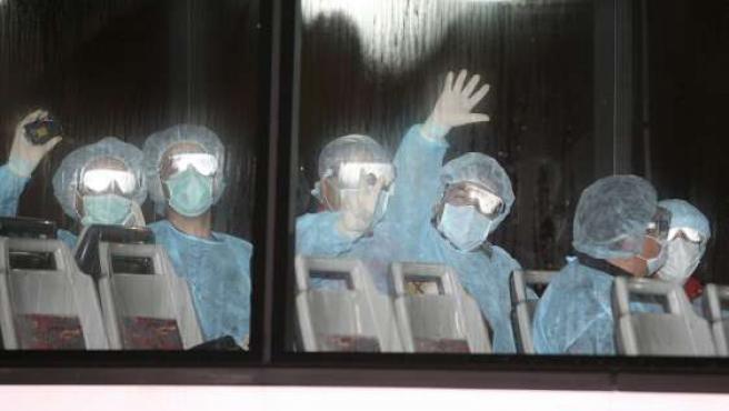 Un grupo de mexicanos espera en Hong Kong (China) antes de abordar un avión fletado por el Gobierno mexicano para volver a su país.