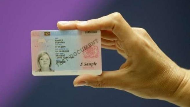 Imagen del nuevo carné de identidad que pretenden introducir en Reino Unido.