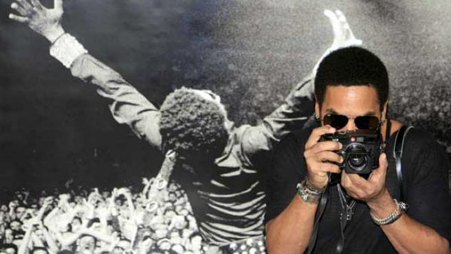 Lenny Kravitz con su cámara de fotos durante la rueda de prensa.