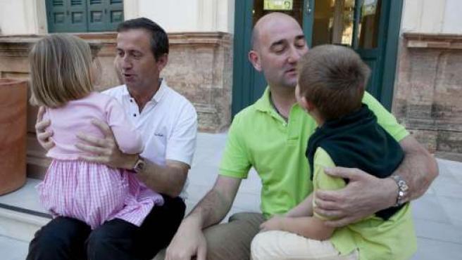 Javier y Wayne son matrimonio y adoptaron a Ana y Nicolás.