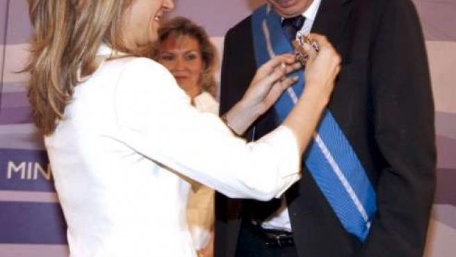 La ministra de Igualdad, Bibiana Aído, entrega la Gran Cruz del Mérito Civil al profesor Jesús Neira.