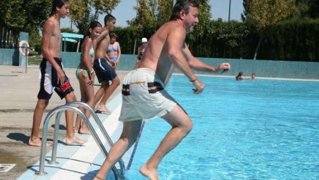 Varios usuarios disfrutan de un baño en una piscina de la capital.