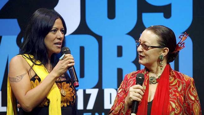 Lila Downs y Martirio, durante la presentación del programa de las Fiestas de San Isidro 2009.
