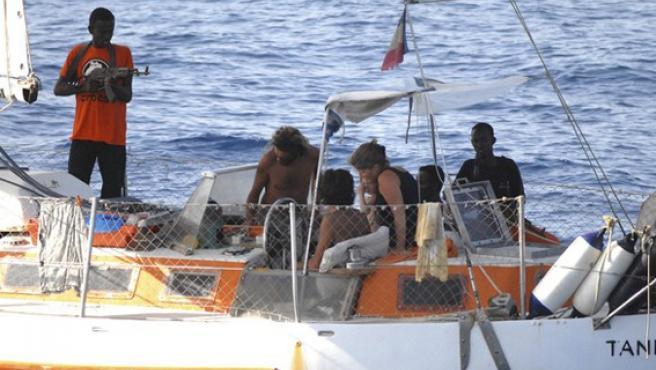 Un pirata apunta con su arma a varias personas secuestradas, en una foto de archivo.