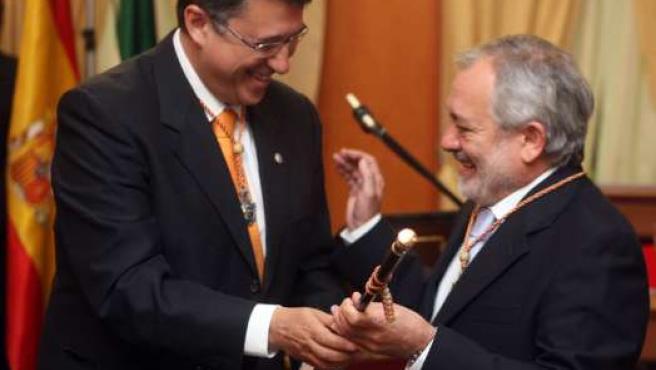 Rafael Blanco entrega a Andrés Ocaña el bastón de la ciudad.