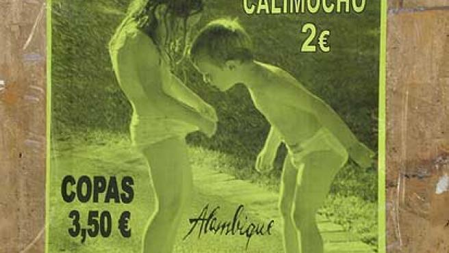 Uno de los carteles que anunian copas en Almería con la imagen de dos niños en ropa interior.