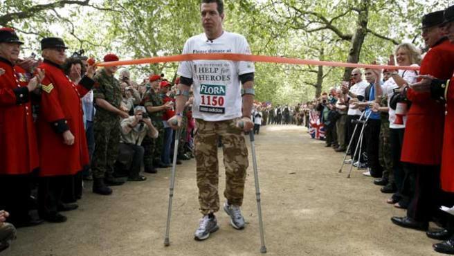 El militar Phil Packer concluye el Maratón de Londres dos semanas después de su comienzo. A Packer le dijeron que no volvería a andar tras un ataque en Irak.