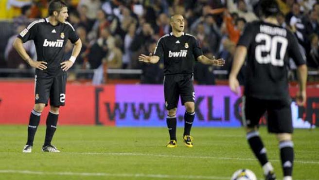 Los jugadores del Real Madrid Javi García (izq), Fabio Cannavaro (centro) e Higuaín, tras recibir el segundo gol en el encuentro que perdieron por 3-0 ante el Valencia.