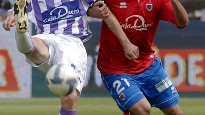 El defensa del Valladolid, Alberto Marcos, disputa un balón con el delantero del Numancia, Carlos Aranda.