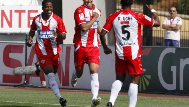 El centrocampista del UD Almería, Miguel Ángel Nieto, celebra su gol con sus compañeros, el brasileño Guilherme Oliveira y el nigeriano Kalu Uche.
