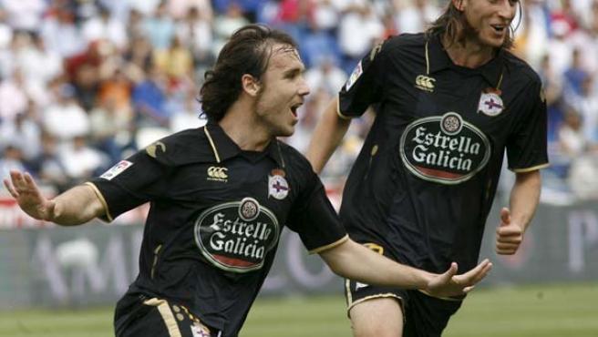 El centrocampista del Deportivo de La Coruña, Joan Verdu, celebra junto a su compañero, el defensa brasileño, Filipe Luis, el gol conseguido ante el Recreativo de Huelva.
