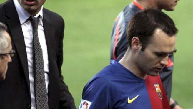 Andrés Iniesta, centrocampista del Barcelona, tras lesionarse ante el Villarreal.