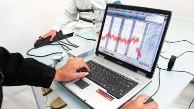 Un hombre, sometiéndose a la prueba del polígrafo realizada por la empresa malagueña Omnis.