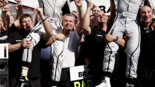 Jenson Button (izq) y Rubens Barrichello celebran con su equipo, BrawnGP, su victoria en el GP de España de Fórmula 1.