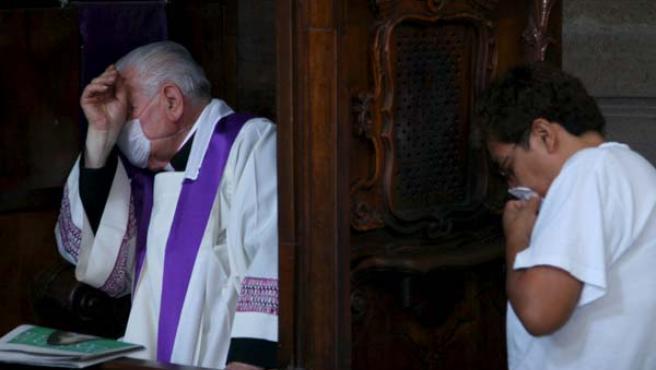 Un fiel católico se confiesa en Ciudad de México.