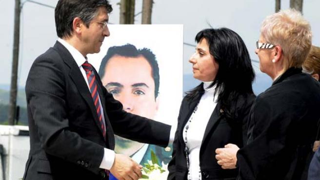 Patxi López habla con la viuda de Piñuel durante el acto.