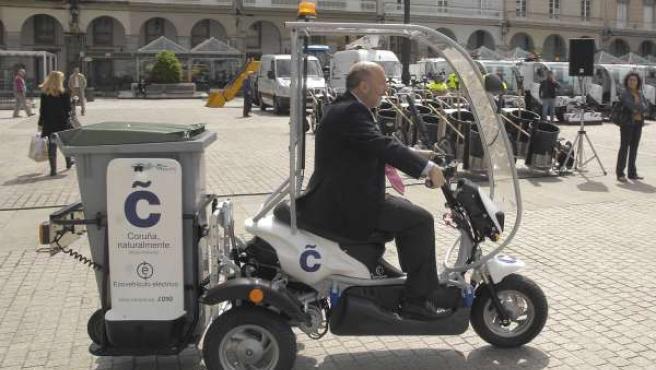 El alcalde, Javier Losada, probó una de las nuevas máquinas de limpieza con las que cuenta A Coruña.