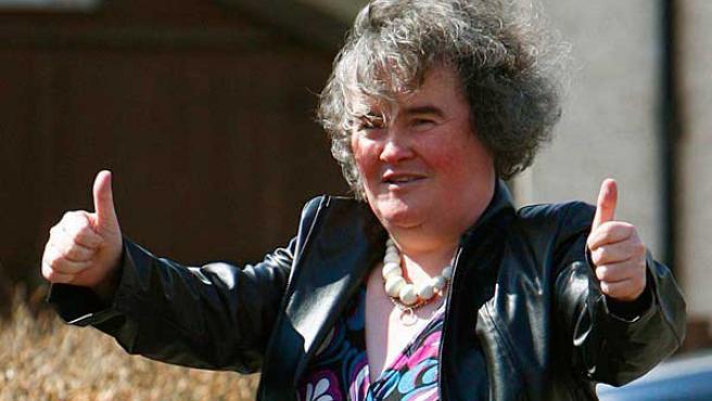 Susan Boyle salude a los fotógrafos.