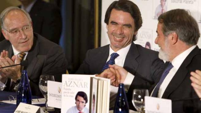 El ex presidente del Gobierno José María Aznar, junto al número uno de la lista del PP para las elecciones europeas, Jaime Mayor Oreja, y el diputado del PP y ex presidente de Endesa, Manuel Pizarro.
