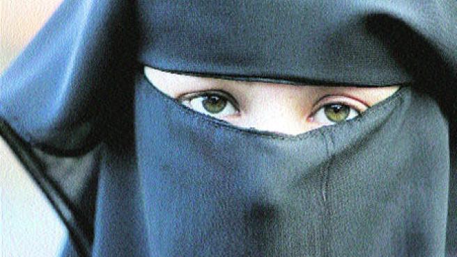 Una mujer ataviada con un burka.
