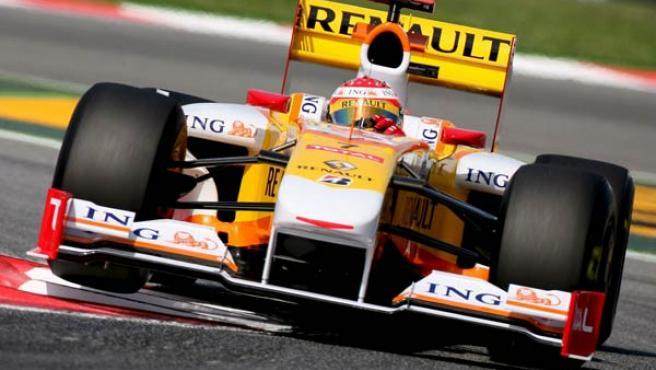 Fernando Alonso, al volante de su Renault.