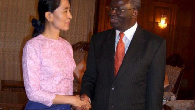 Aung San Suu Kyi, con el enviado especial de la ONU Ibrahim Gambari, en una foto de archivo.