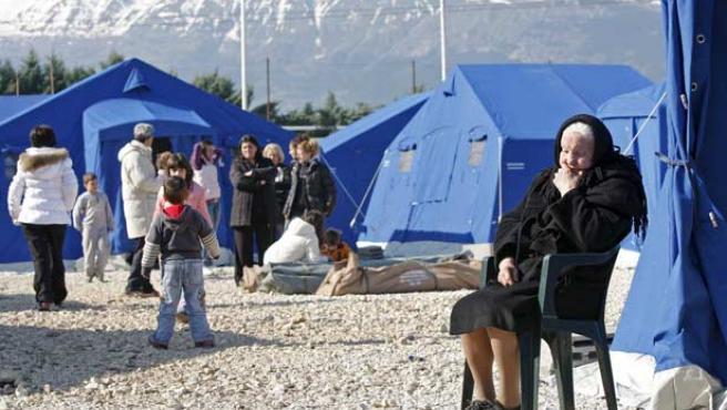 Víctimas del terremoto descansan en un centro de acogida instalado en Paganica, cerca de L'Aquila.