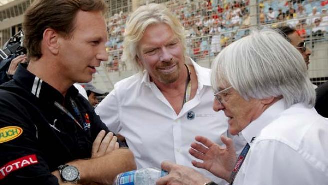 Bernie Ecclestone, presidente de la Fórmula 1, (d), charla con Richard Branson, (c), y con Richard Lapthorne.