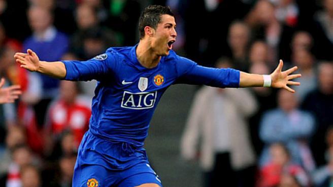 El extremo portugués del Manchester United, Cristiano Ronaldo, celebra su segundo contra el Arsenal.