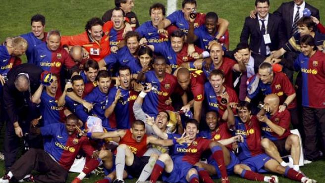 Los jugadores y el cuerpo técnico del FC Barcelona, tras recibir el trofeo que les acredita como campeones de la Copa del Rey.