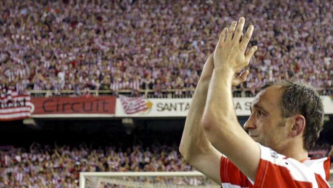 Joseba Etxeberría aplaude a la afición rojiblanca con lágrimas en los ojos.