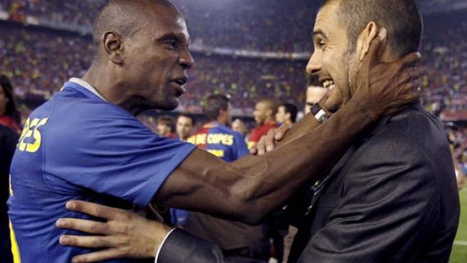 Eric Abidal (i), y el técnico del equipo blaugrana, Pep Guardiola, celebran la victoria en la final de la Copa del Rey.