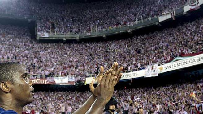 Samuel Eto'o aplaude al público del estadio.