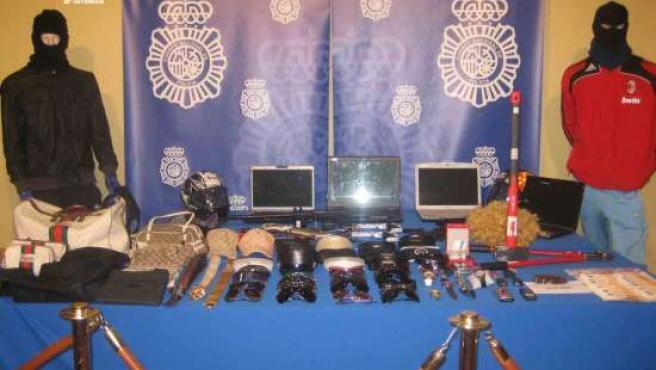 Algunos de los objetos incautados a los aluniceros detenidos.