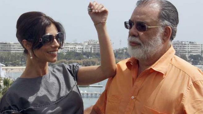 Francisco Ford Coppola y Maribel Verdú posan para la prensa en Cannes.