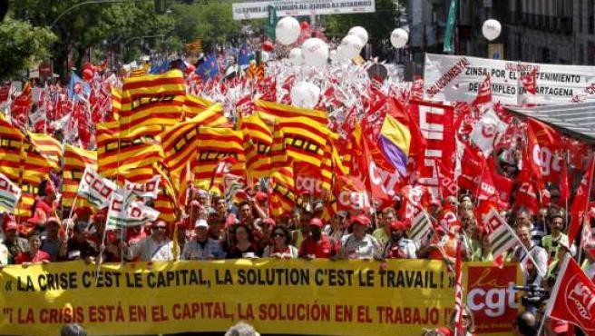 Representantes del sindicato francés CGT participaron en la primera euromanifestación que a favor del empleo en Europa concentró en Madrid a miles de personas.