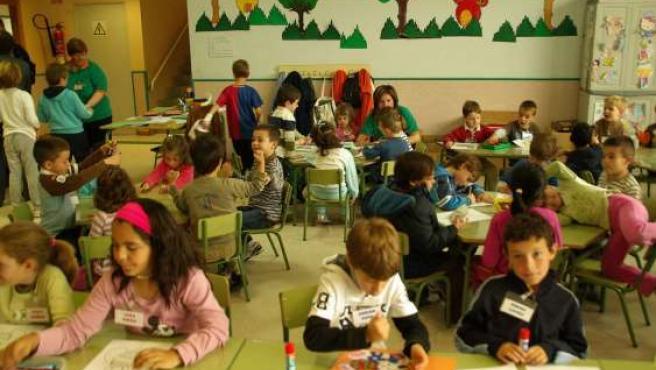 Un aula de un colegio con alumnos de primaria.