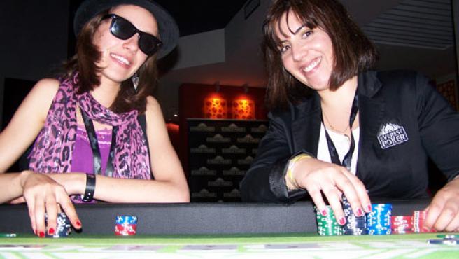 Cristina París (i) y María Maceiras posan juntas en una mesa de póker.
