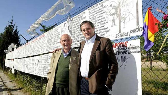 El candidato de IU a las elecciones europeas, Willy Meyer, con Marcos Ana, el preso político que más tiempo permaneció en las cárceles franquistas, ante un mural que pide un centro para la memoria histórica sobre la cárcel de Carabanchel.