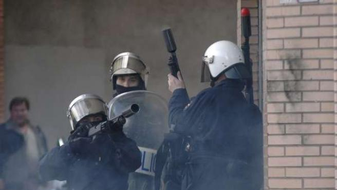 Fuerzas antidisturbios intentan desalojar a medio centenar de prejubilados de Naval Gijón.