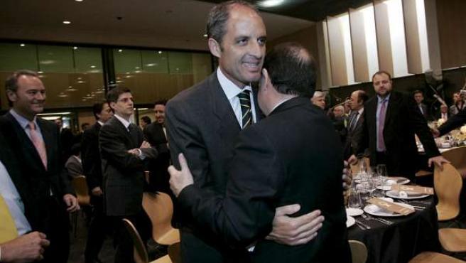 Francisco Camps saluda al ex presidente de la Generalitat y de Bancaja, José Luis Olivas.
