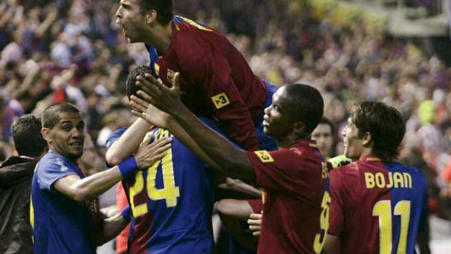 Los jugadores del Barça celebran uno de los goles logrados en Mestalla en la final de la Copa del Rey.
