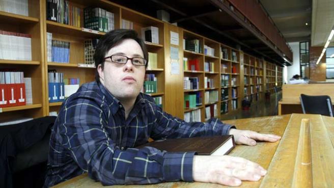 """Pablo Pineda posa en la biblioteca de Educación y Psicología, donde pasó """"muchísimas"""" horas durante la carrera."""