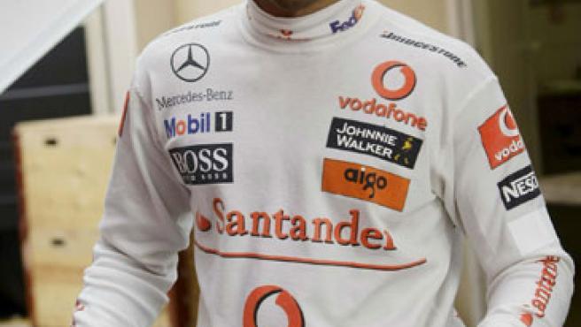 Lewis Hamilton camina con el mono de McLaren por el circuito de Montmeló.
