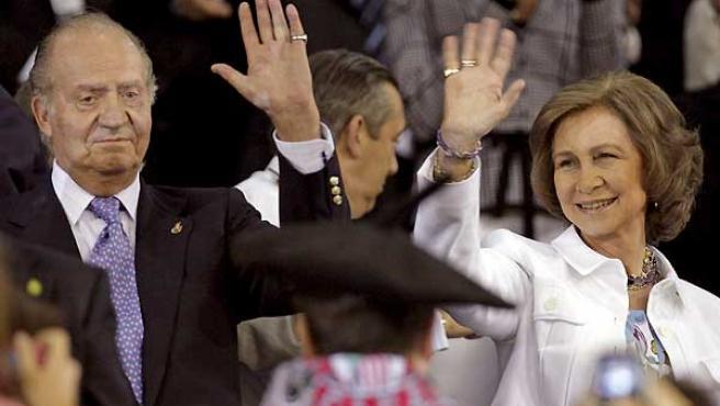 Los Reyes de España, saludando antes de comenzar el partido.