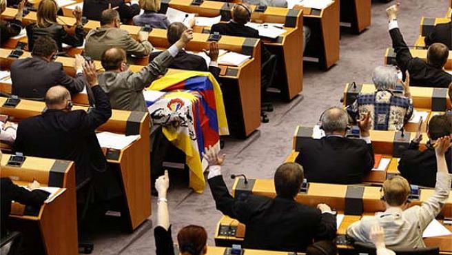 Los miembros del Parlamento Europeo votan una resolución en el Pleno de Estrasburgo.