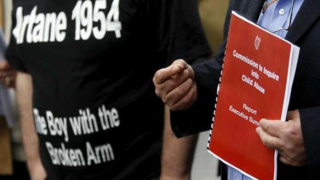 Una víctima de abusos sexuales en los sesenta mantiene una copia del informe del gobierno irlandés.